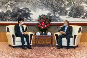 基金會執行副理事長褚宗生先生 (右) 與 社聯行政總裁蔡海偉先生 (左) 討論社會服務的現況及發展